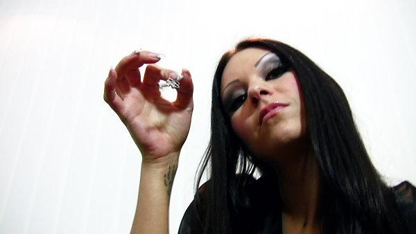 princess-jenny-traegt-den-schluessel-als-bauchnabelpiercing-5
